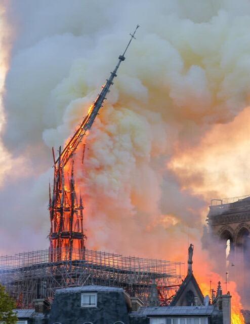 巴黎圣母院倒塌
